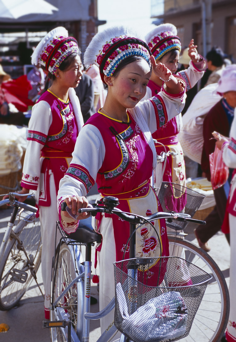 Bai women in traditional costume, Wase market, Er Hai Lake, nr Dali, Yunnan, China