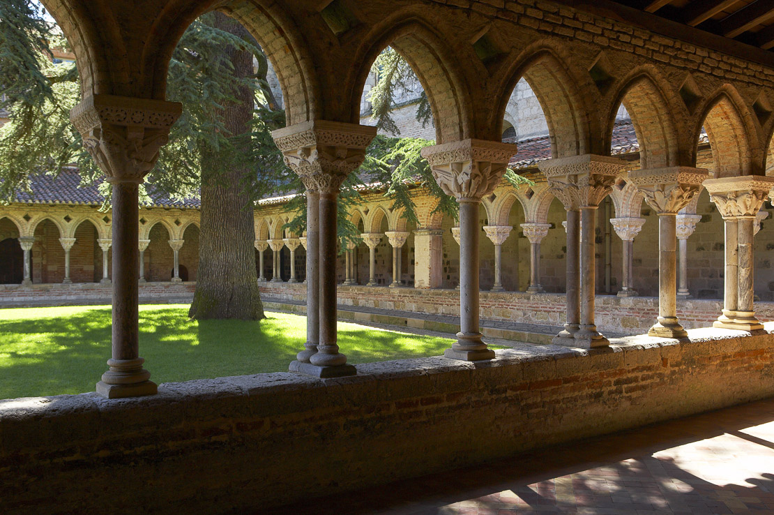 the cloisters at Abbaye St Pierre, early 12th century Romanesque architecture, Moissac, Tarm-et-Garonne, Midi-Pyrenees, France. (NR)
